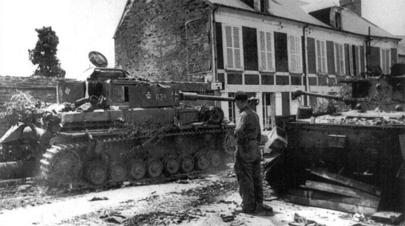 Немецкие танки Pz. Kpfw. IV, уничтоженные авиацией в Виллер-Бокаж. Июнь 1944 г.