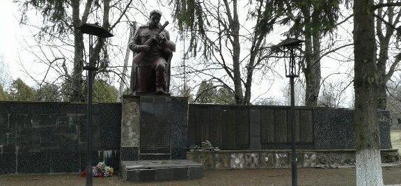 с. Знаменка Прилуцкого р-на. Памятник 214 воинам-односельчанам, погибшим в годы войны.