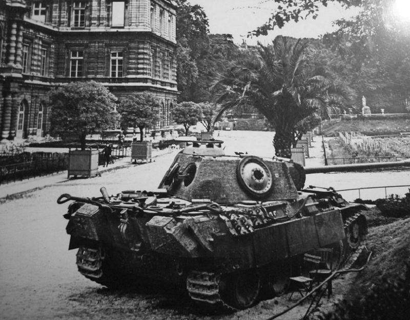 Танк Pz.Kpfw. V «Пантера», брошенный у Люксембургского дворца. Август 1944 г.