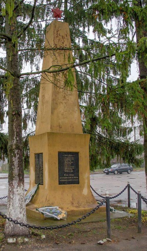 с. Ладинка Черниговского р-на. Памятник 112 погибшим односельчанам, установленный в 1967 году.