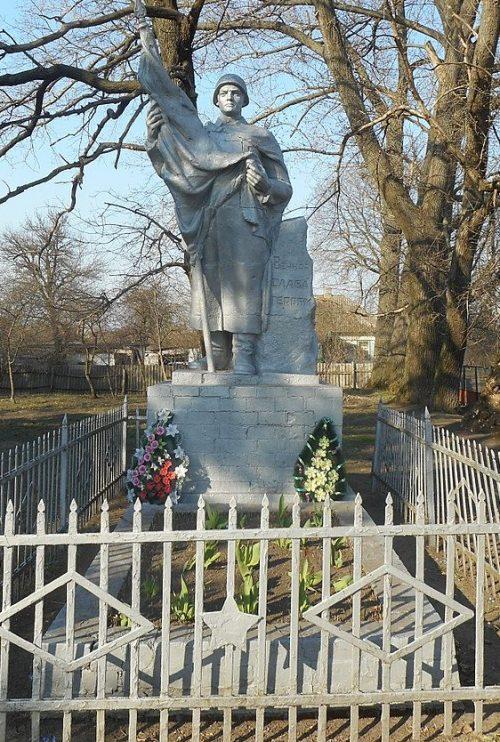 с. Каневщина Прилуцкого р-на. Памятник, установленный на братской могиле, в которой похоронено 20 советских воинов, погибших при обороне и освобождении села.
