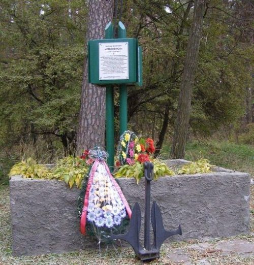 с. Ладинка Черниговского р-на. Памятный знак монитору Пинской флотилии «Смоленск», установленный в 2010 году на территории санатория.