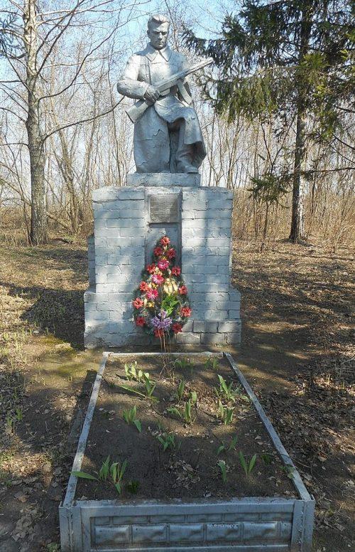 с. Каневщина Прилуцкого р-на. Памятник, установленный на братской могиле, в которой похоронено 3 советских воина-летчика, погибших 25 октября 1944 года.