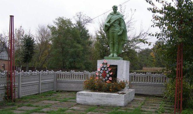 п. Линовица Прилуцкого р-на. Братская могила советских активистов, казненных немцами и воинов, погибших в боях за поселок.
