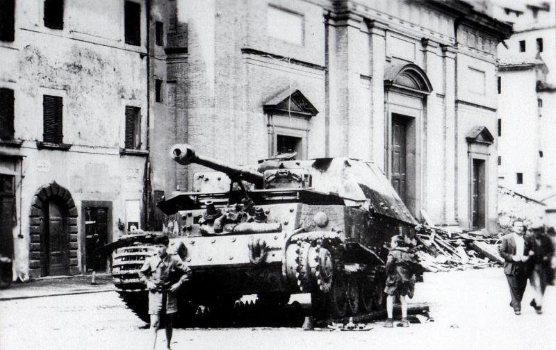 САУ «Элефант», брошенная немцами в городе Сориано-нель-Чимино. Лето 1944 года.