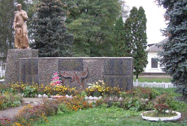 п. Линовица Прилуцкого р-на. Памятник погибшим землякам, установленный в 1970 году.