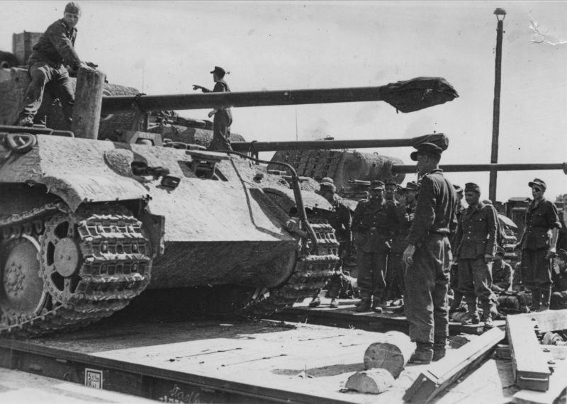 Разгрузка новых танков Pz.Kpfw. V «Пантера». Сентябрь 1944 г.
