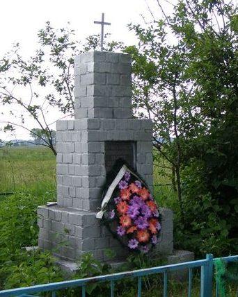 с. Лопатин Черниговского р-на. Братская могила 126 мирных жителей, заживо сожженных немцами в 1942 году.