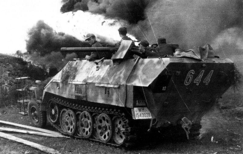 Бронетранспортер Sd.Kfz. 251/16 с огнеметом. Восточный фронт, сентябрь 1944 г.