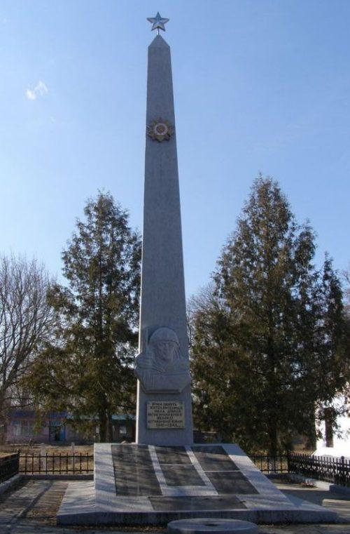 п. Малая Девица Прилуцкого р-на. Обелиск погибшим землякам, установленный в 1971 году. Скульптор - М.Т. Михайленко.