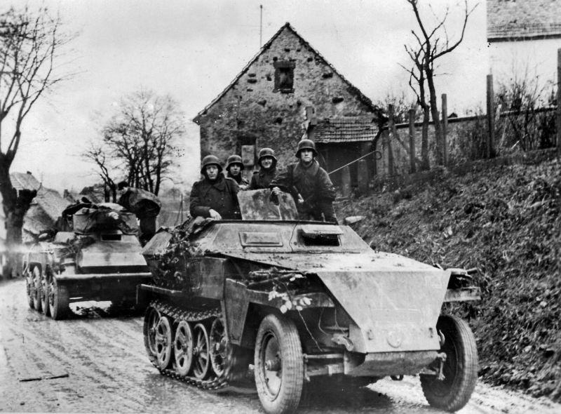 Бронетранспортер Sd.Kfz. 250 и бронеавтомобиль Sd.Kfz. 234/3 под Ахеном. Октябрь 1944 г.