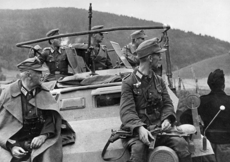 Немецкий патруль на бронеавтомобиле Sd. Kfz. 223 в Румынии. Октябрь 1944 г.