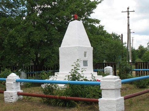 с. Новая Гребля Прилуцкого р-на. Братская могила воинов, погибших при обороне села в 1941 году.