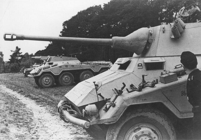 Тяжелые бронеавтомобили Sd.Kfz. 234/3 и Sd.Kfz. 234/2 на полигоне. Октябрь 1944 г.