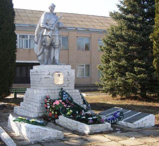 с. Обычев Прилуцкого р-на. Памятник, установленный на братской могиле воинов, погибших при освобождении села и памятный знак погибшим односельчанам.