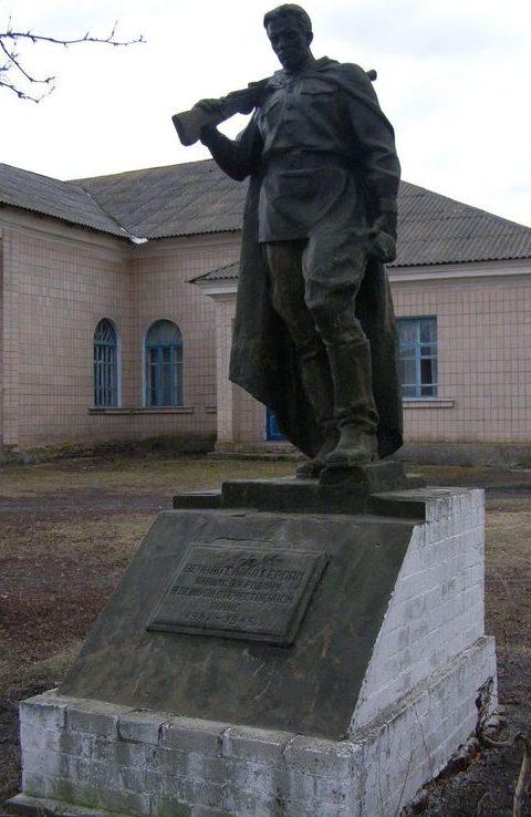 с. Охиньки Прилуцкого р-на. Памятник погибшим односельчанам.