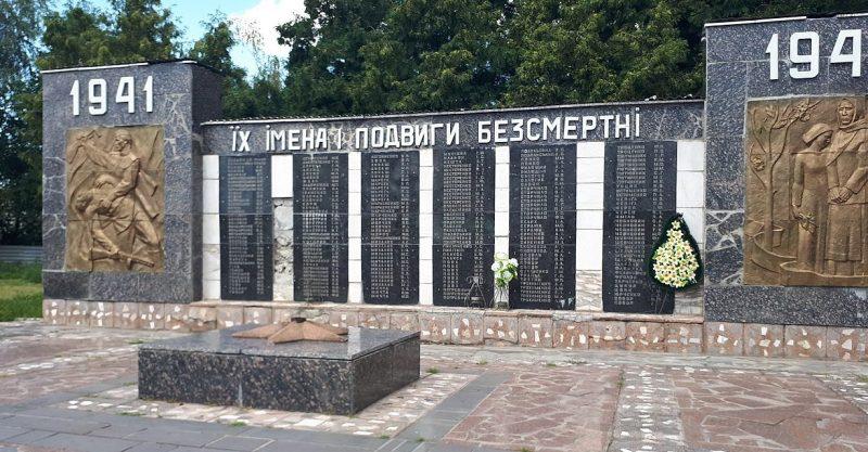 с. Переволочная Прилуцкого р-на. Мемориал погибшим односельчанам.