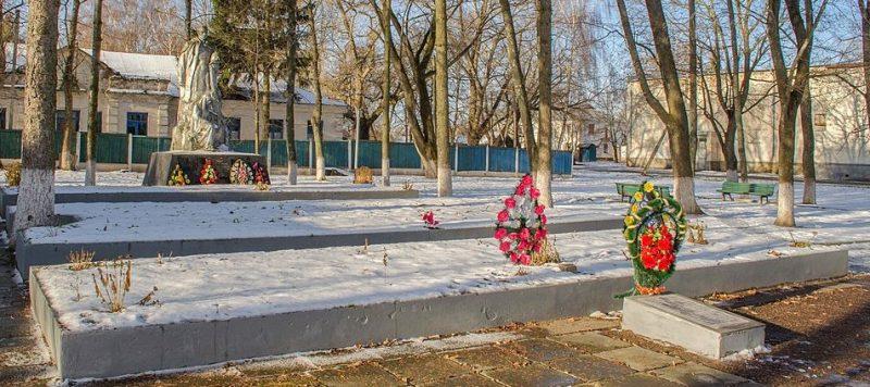 п. Михайло-Коцюбинское Черниговского р-на. Памятник, установленный на братской могиле 99 советских воинов и 29 партизан, погибших при освобождении поселка в сентябре 1943 года.