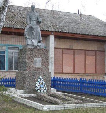 с. Переволочная Прилуцкого р-на. Братская могила 12 советских воинов, погибших при обороне села в сентябре 1941 года.