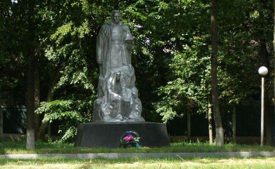 п. Михайло-Коцюбинское Черниговского р-на. Братская могила погибших воинов и партизан.