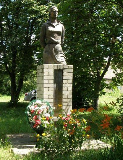 с. Петровка Прилуцкого р-на. Памятник партизанке О.И. Мокренец.