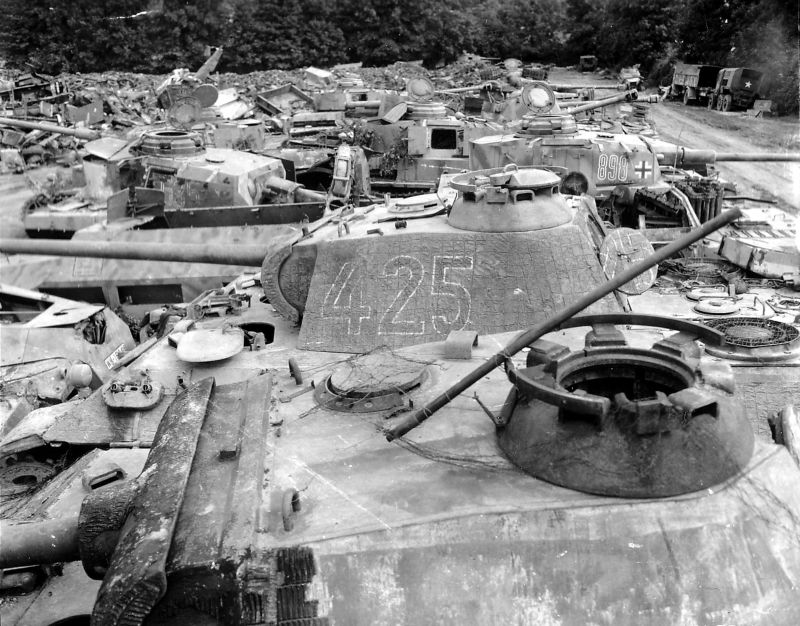 Отстойник поврежденной немецкой бронетехники. Франция, 1944 г.