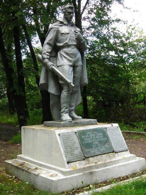 г. Прилуки. Братская могила советских воинов, погибших при освобождении города 19 сентября 1943 года и умерших от ран в военных госпиталях.