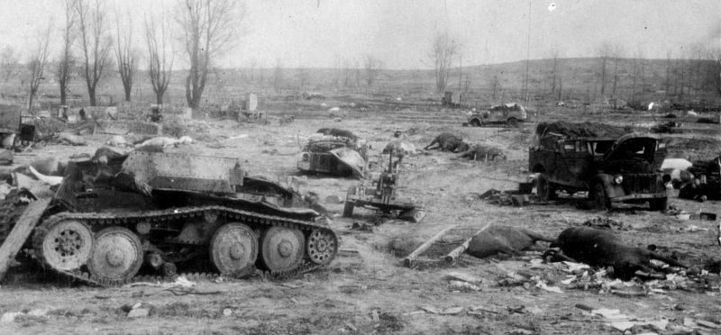 Немецкий легкий разведывательный танк Aufklärungspanzer 38 (t), разбитый советскими штурмовиками в районе Кальхольц. Март 1945 г.
