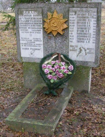 с. Мохнатин Черниговского р-на. Братская могила погибших воинов-авиаторов.