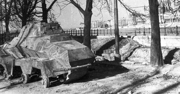 Бронеавтомобиль Sd.Kfz. 231 брошенный на набережной Дуная у Цепного моста в Будапеште. Март 1945 г.