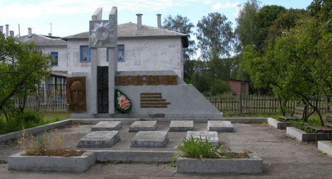 п. Новое Черниговского р-на. Памятник, у группы братских могил воинов, погибших при освобождении поселка в сентябре 1943 года.