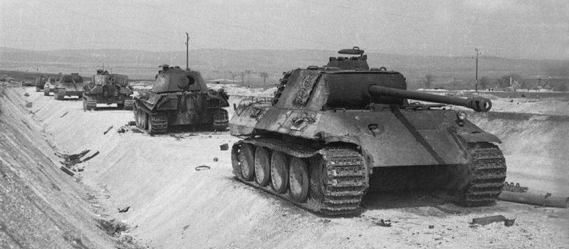 Танки Pz.Kpfw. V «Пантера», уничтоженные советской артиллерией на границе Венгрии и Австрии. Март 1945 г.
