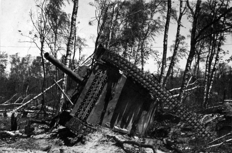 САУ «Хуммель», уничтоженная в районе парка Плантаже в городе Пиллау. Апрель 1945 года.