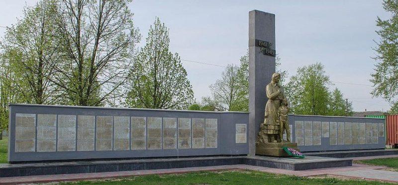 с. Новоселовка Черниговского р-на. Памятник, установленный в 1987 году в честь сожженных 21 февраля 1943 года оккупантами 236 жителей с. Яцево и 418 жителей с. Бобровица.