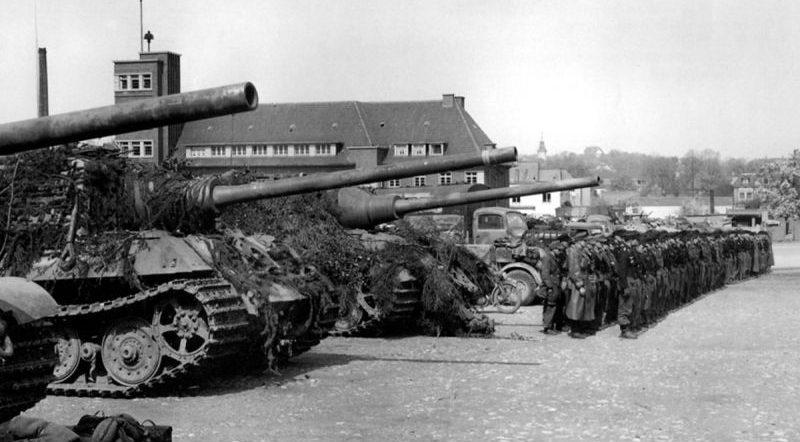 Истребители танков «Ягдтигр» на площади Адольф-Гитлер-Плац в Изерлоне. Апрель 1945 г.