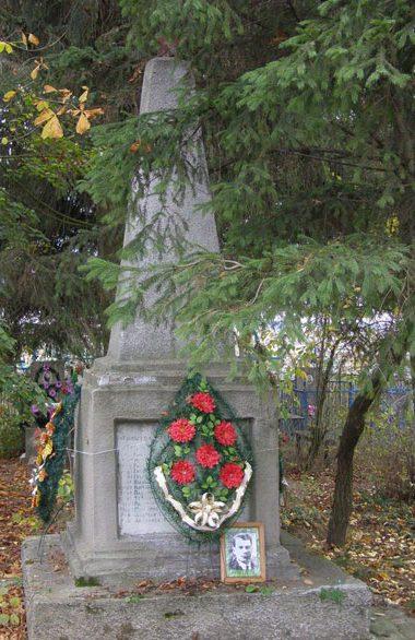 с. Новый Белоус Черниговского р-на. Братская могила 25 воинов, погибших 23 сентября 1943 года при освобождении села.