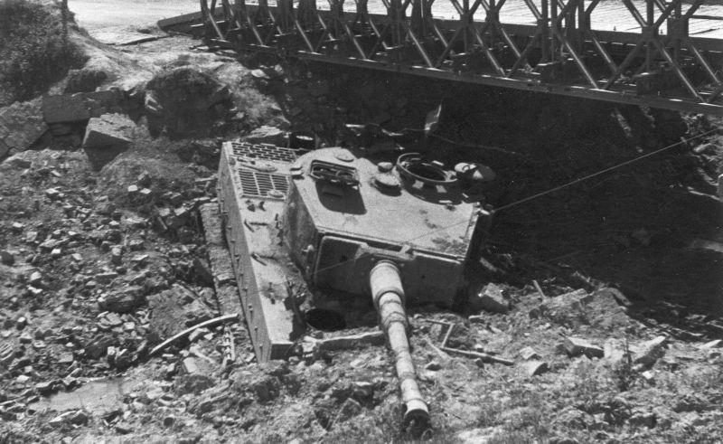 Танк Pz.Kpfw. VI «Тигр», застрявший в городе Медичина. Апрель 1945 г.