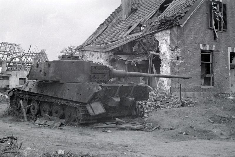 Танк Pz.Kpfw. VI Ausf. B, подбитый во время освобождения Остербека. Апрель 1945 г.