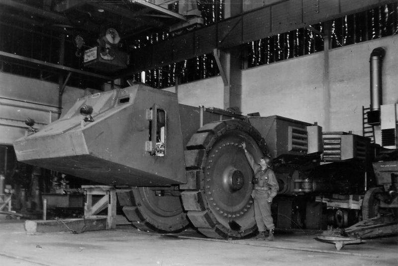 Опытный образец немецкого тяжелого 130-тонного минного тральщика Krupp Raumer-S, захваченный на артиллерийском полигоне в Хиллерслебене, Германия. Апрель 1945 г.