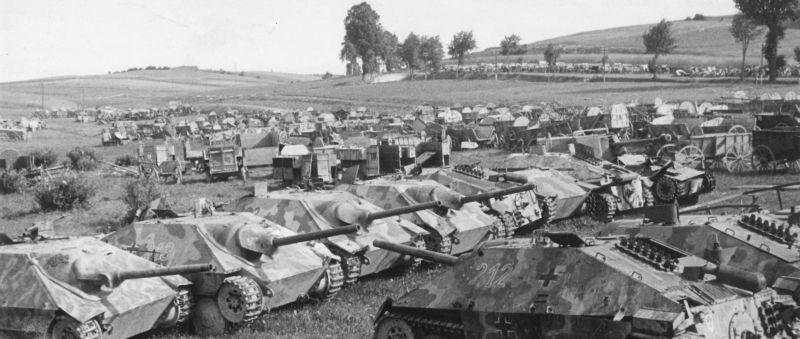 Немецкие САУ Jagdpanzer 38(t), захваченные Красной Армией в районе чехословацкого города Нове-Мест. Май 1945 г.