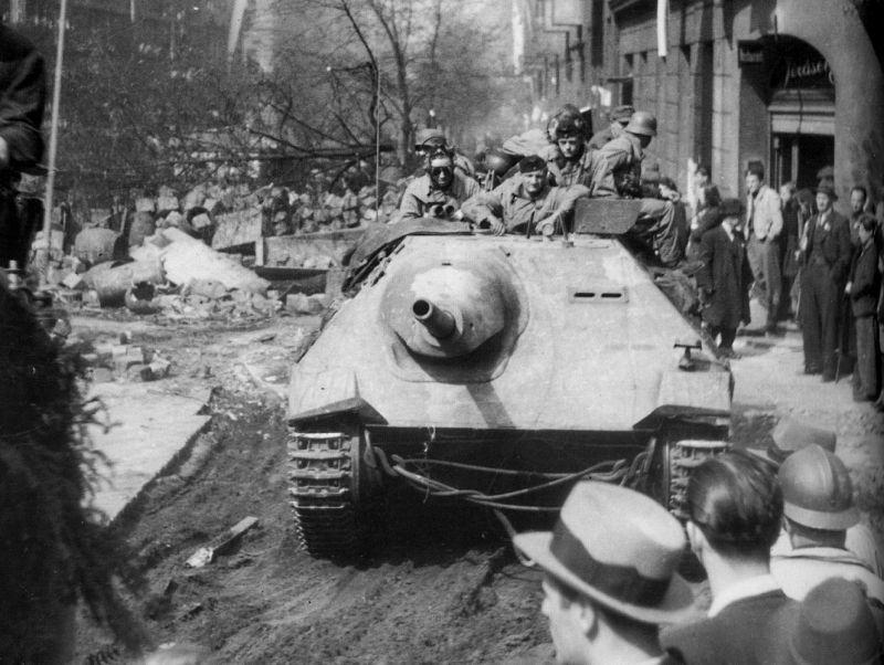 Немецкий истребитель танков «Хетцер» во время отступления немецких войск из Праги. Май 1945 г.