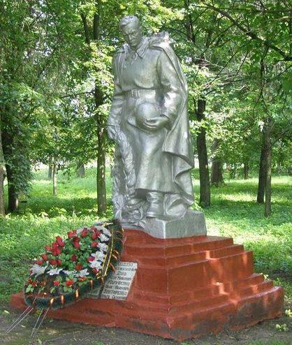 п. Олишевка Черниговского р-на. Памятник, установленный на братской могиле 12 воинов, погибших при освобождении поселка.