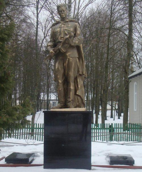 с. Елино Сновского р-на. Памятник у музея партизанской славы, установленный на братской могиле, в которой похоронено 13 черниговских партизан и 3 погибших бойцов Красной Армии.