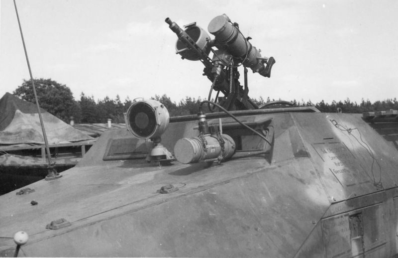 Полугусеничный бронетранспортер SdKfz 251/20 «Фальке», оборудованный приборами ночного видения «Шпербер» для водителя и пулеметчика. 1945 г.