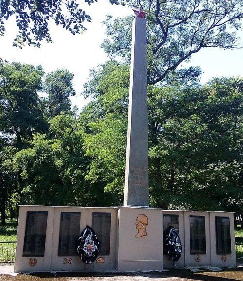 п. Олишевка Черниговского р-на. Памятник 464 погибшим землякам.