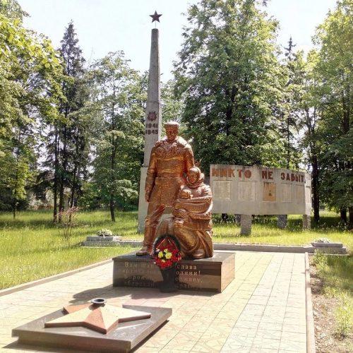 с. Елино Сновского р-на. Памятный знак 265 воинам и партизанам-односельчанам, погибшим в годы войны.