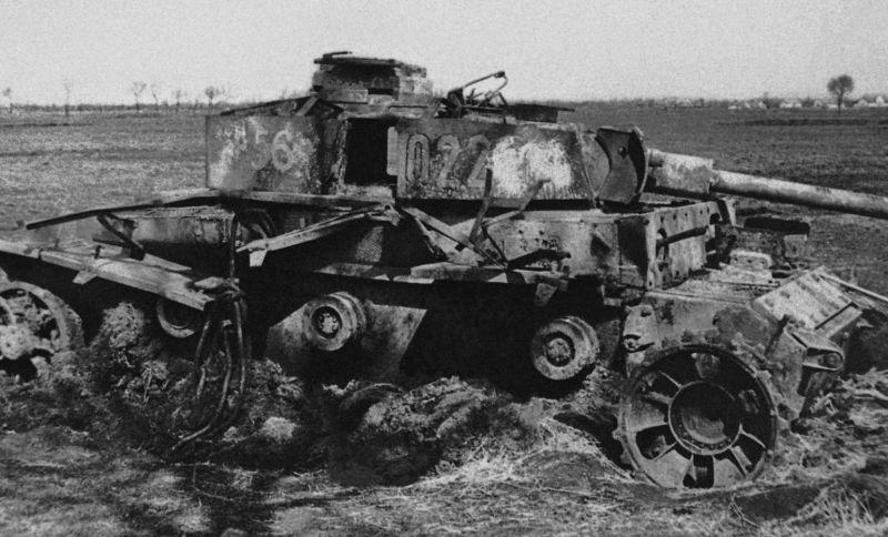 Огнеметный танк Pz. Kpfw. III (Flamm), уничтоженный в ходе боев в Венгрии. 1945 г.