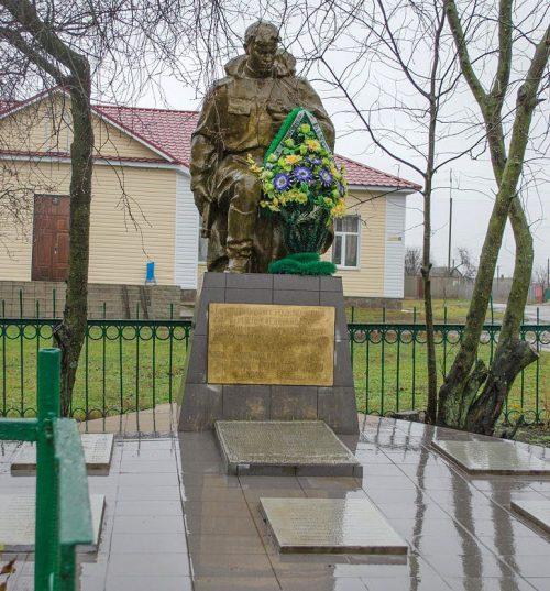 с. Павловка Черниговского р-на. Памятник, установленный в 1963 году на братской могиле 65 советских воинов, погибших в сентябре 1943 года и памятный знак 68 воинам односельчанам, погибшим в годы войны.