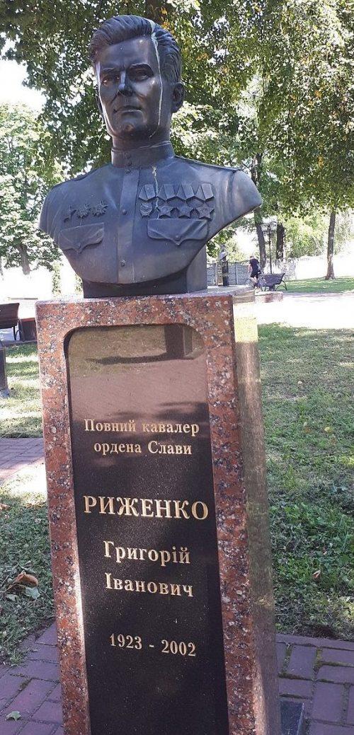 Бюст полному кавалеру ордена Славы И. Рыженко.