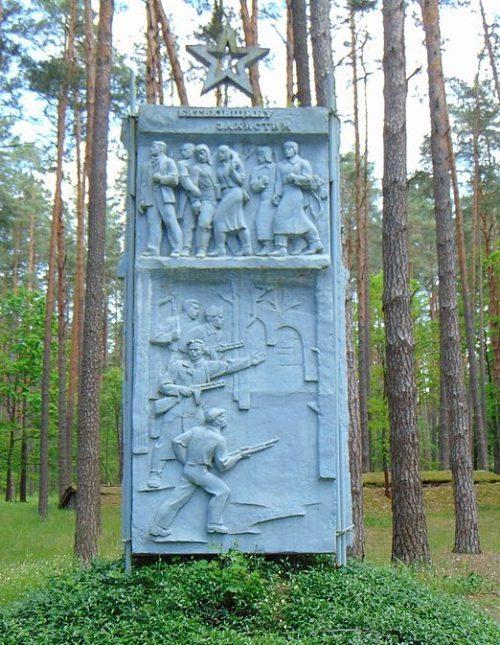 с. Елино Сновского р-на. Памятный знак в Елинском лесу, где в 1941-1943 годах находился штаб Черниговского подпольного обкома партии, главный штаб партизан Черниговщины.